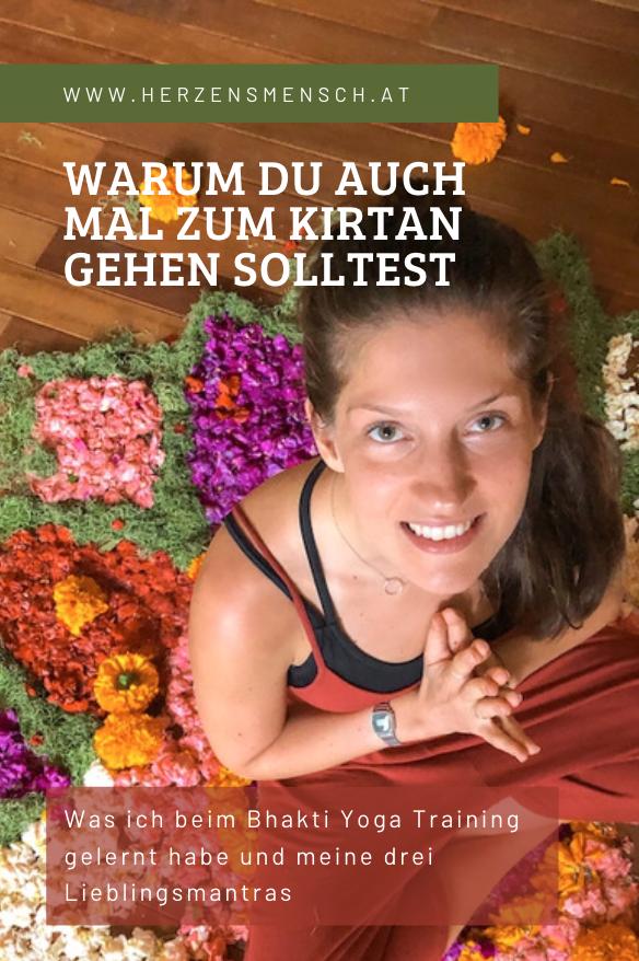 Frau beim Kirtan Singen auf Blumenmandala