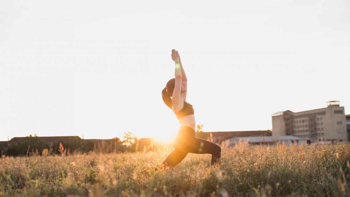 Yogalehrerin Anna vom Yogablog Herzensmensch.at am Tempelhofer Feld in Berlin