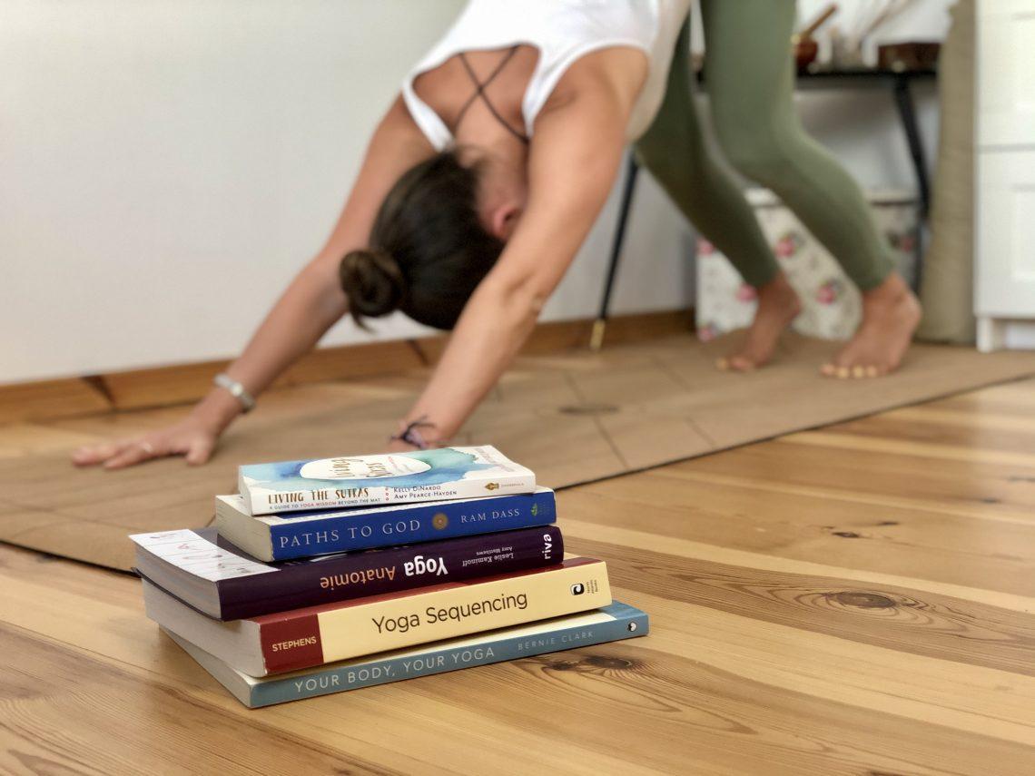Frau beim Yoga, Bücher für Yoga, Yogalehrerin, Yogaunterricht