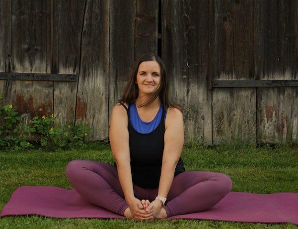 Frau in Yogapose, Yoga für alle Schmetterling