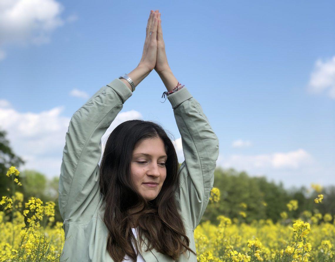 Yogalehrerin im Rapsfeld, Loslassen, Selbstständigkeit